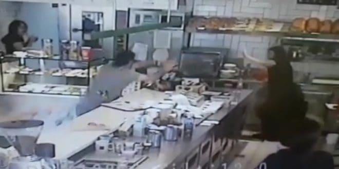 Покупатель бегал по кафе и кидался предметами